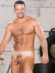 Muscled hairy hunk Vinnie D'Angelo