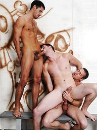 Dudes gos threesome